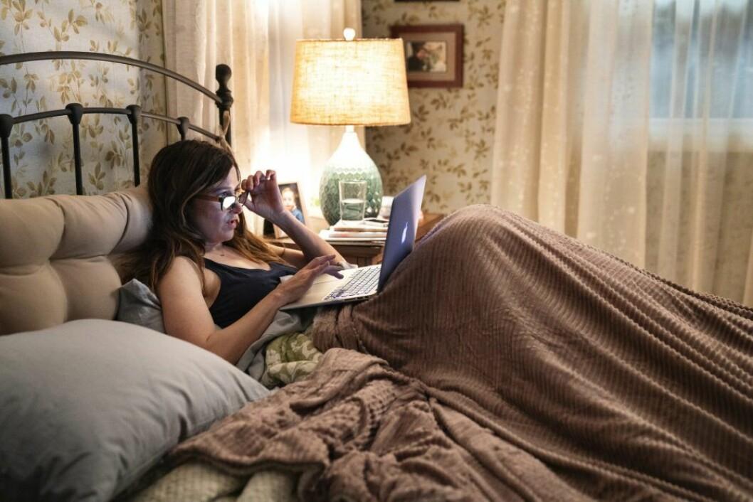 En bild på skådespelerskan Kathryn Hahn i den nya tv-serien Mrs Fletcher.