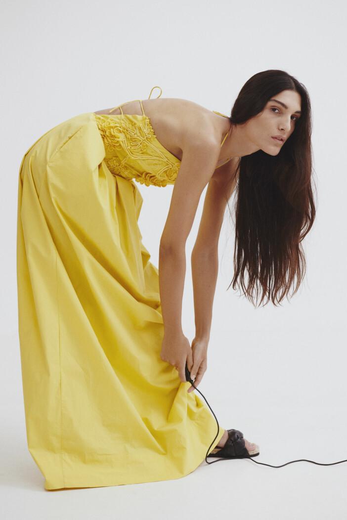 gul klänning med bar rygg
