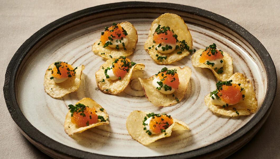 Chips med löjrom och smetana.
