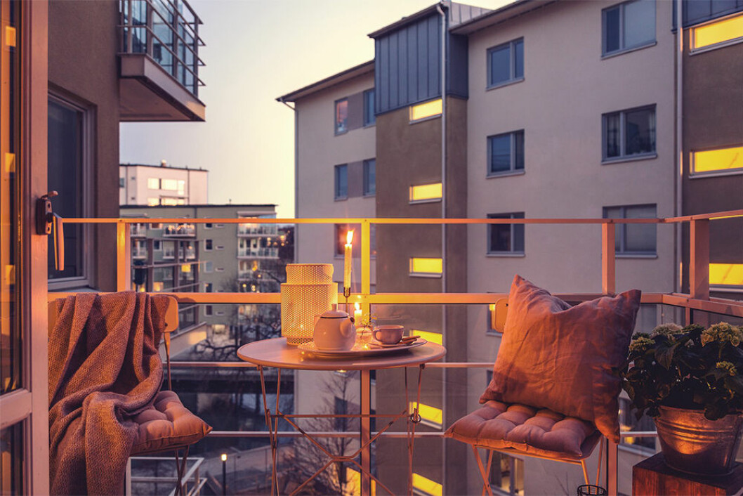 Mysig modern balkong med kvällsbelysning