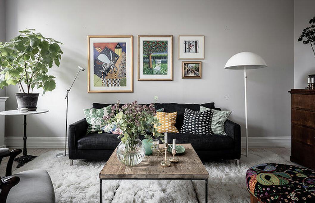 Mysigt vardagsrum med färg och mönster