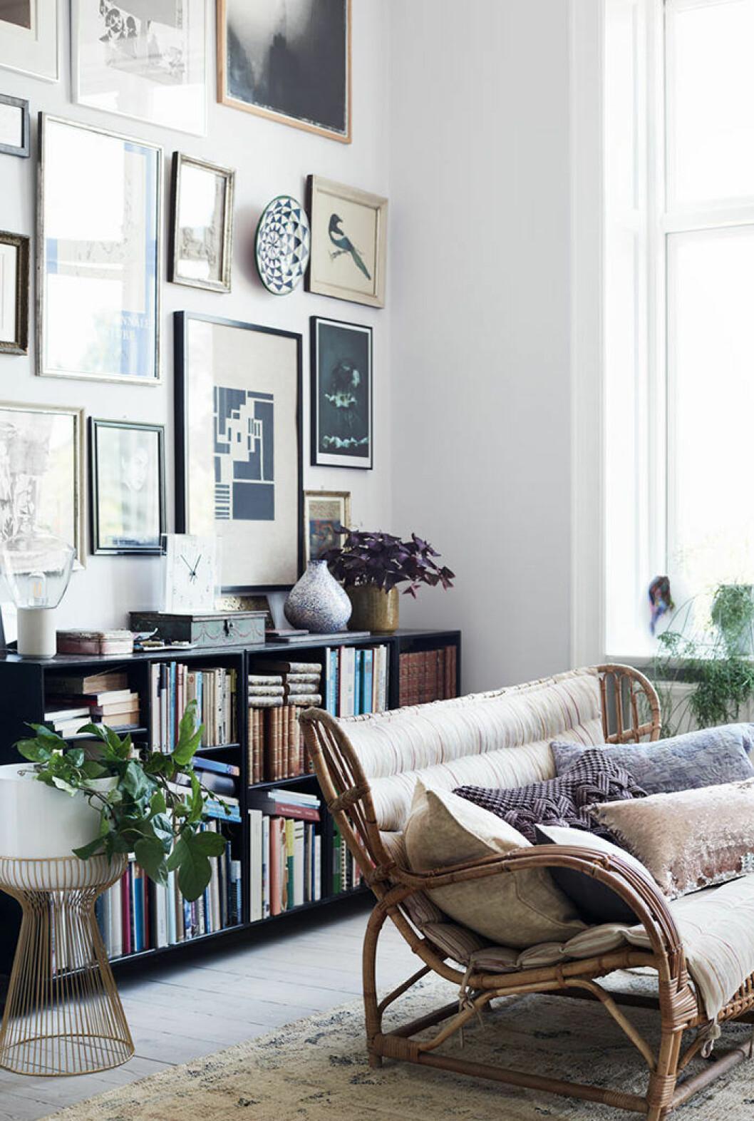Mysigt vardagsrum med tavelvägg