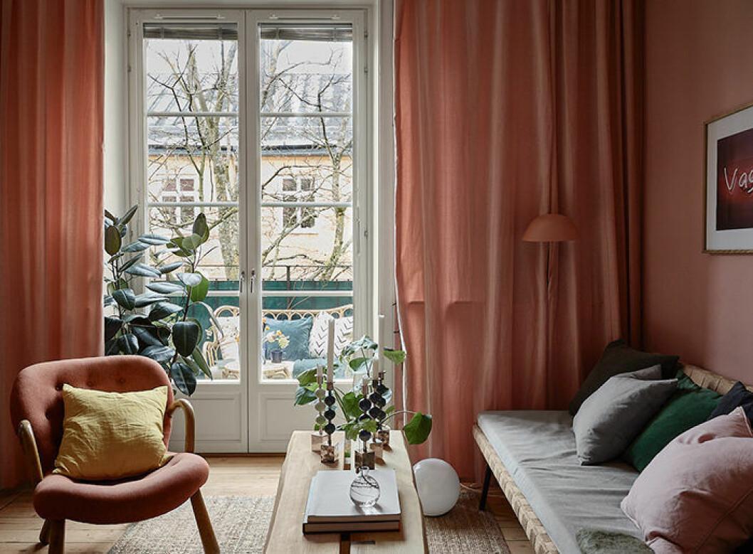 Ombonat vardagsrum med varma färger