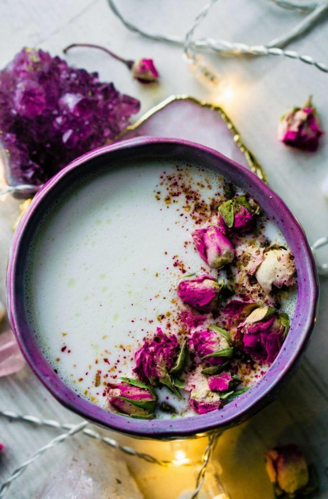 Dekorera drinken med torkade blommor.