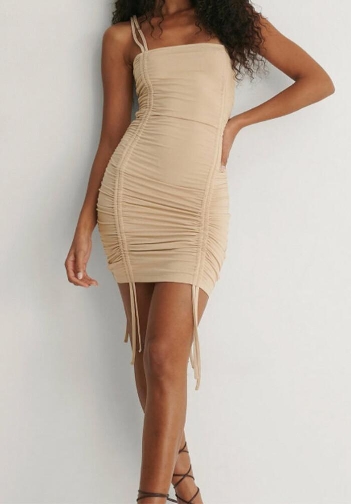 beige rynkad klänning