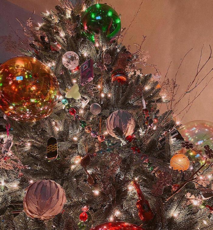 Närbild på Gigi Hadids julgran