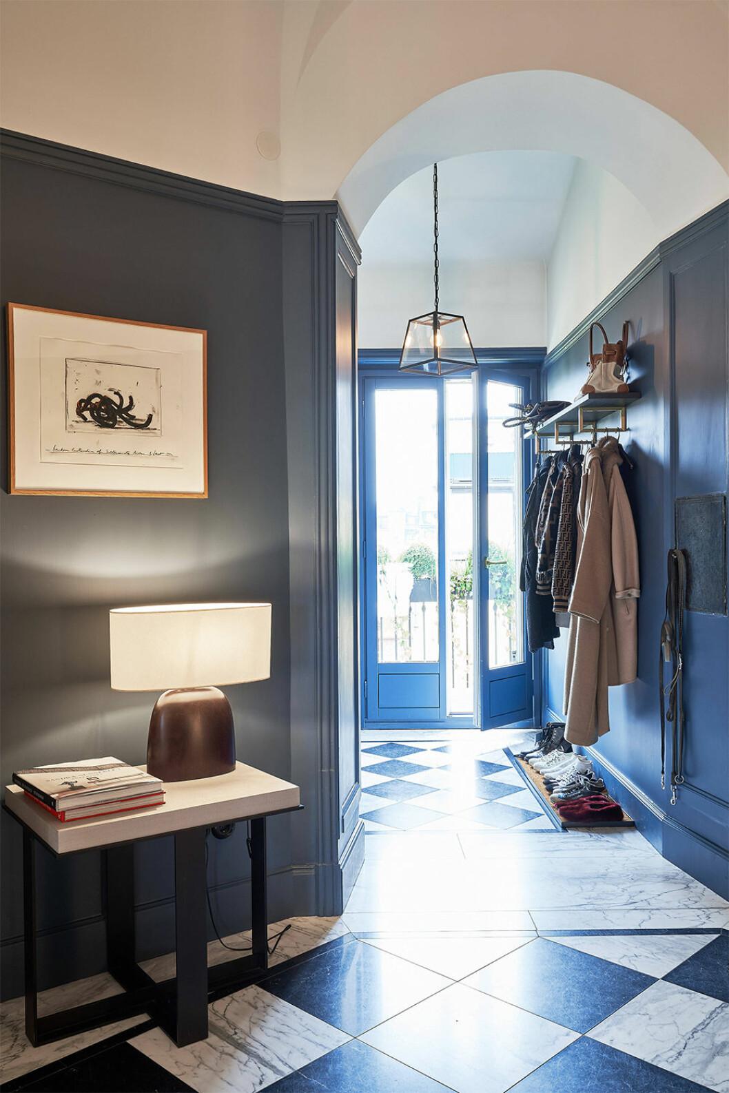 mörkblå hall hemma hos Nathalie Schuterman
