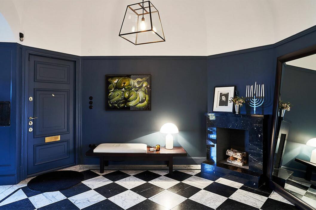 hemma hos Nathalie Schuterman - en hall i blått med öppen spis