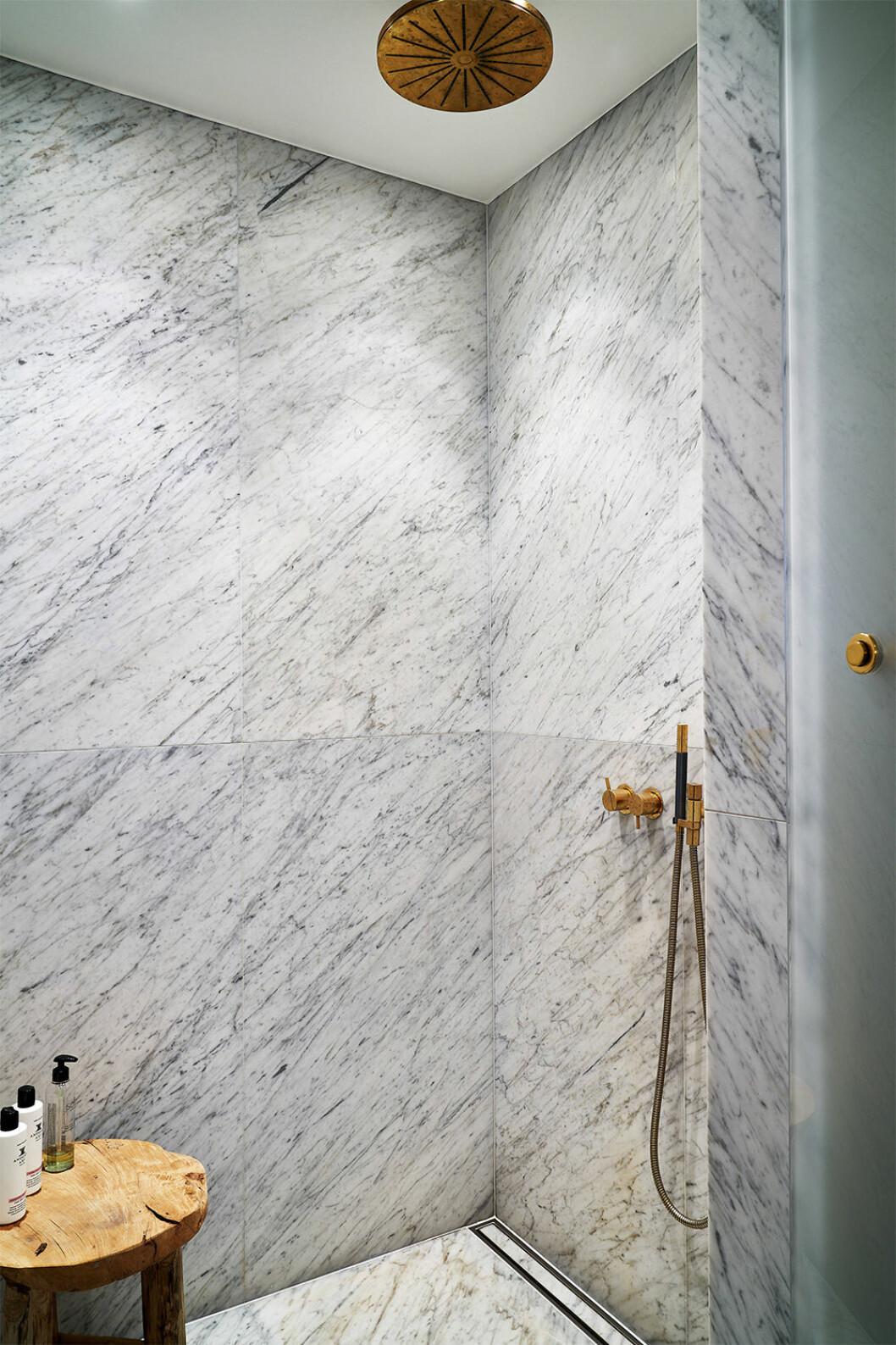 Duschrum i marmor hos Nathalie Schuterman