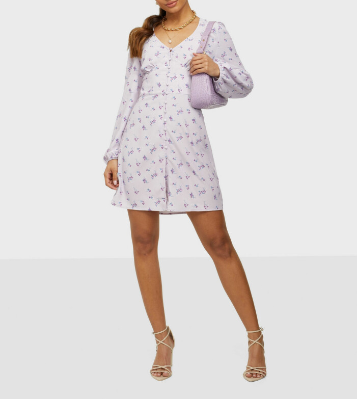 långärmad blommig klänning