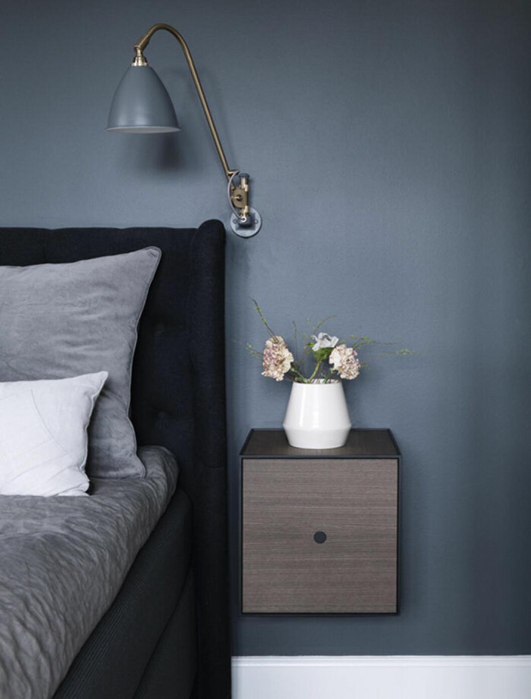 Blått sovrum med nattduksbord från By Lassen
