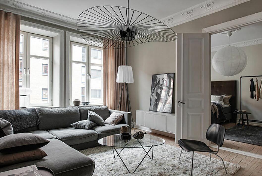 Jordnära färgpalett och Vertigo pendel i ett vardagsrum