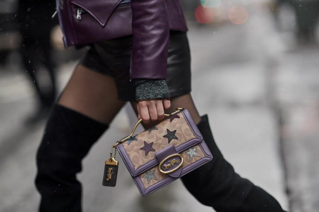 Streetstyle på väska med stjärnor i New York.