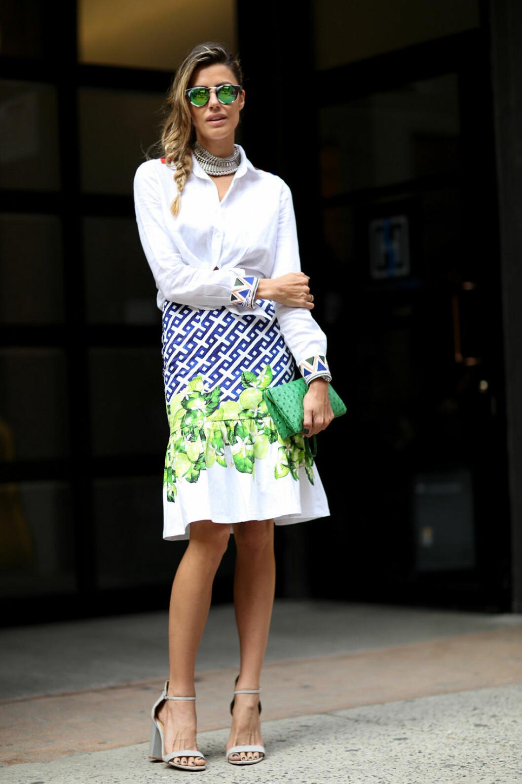 Vit skjorta och mönstrad kjol.