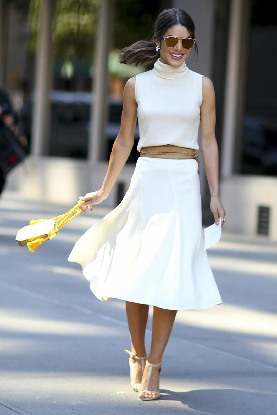 Vitt linne och kjol.