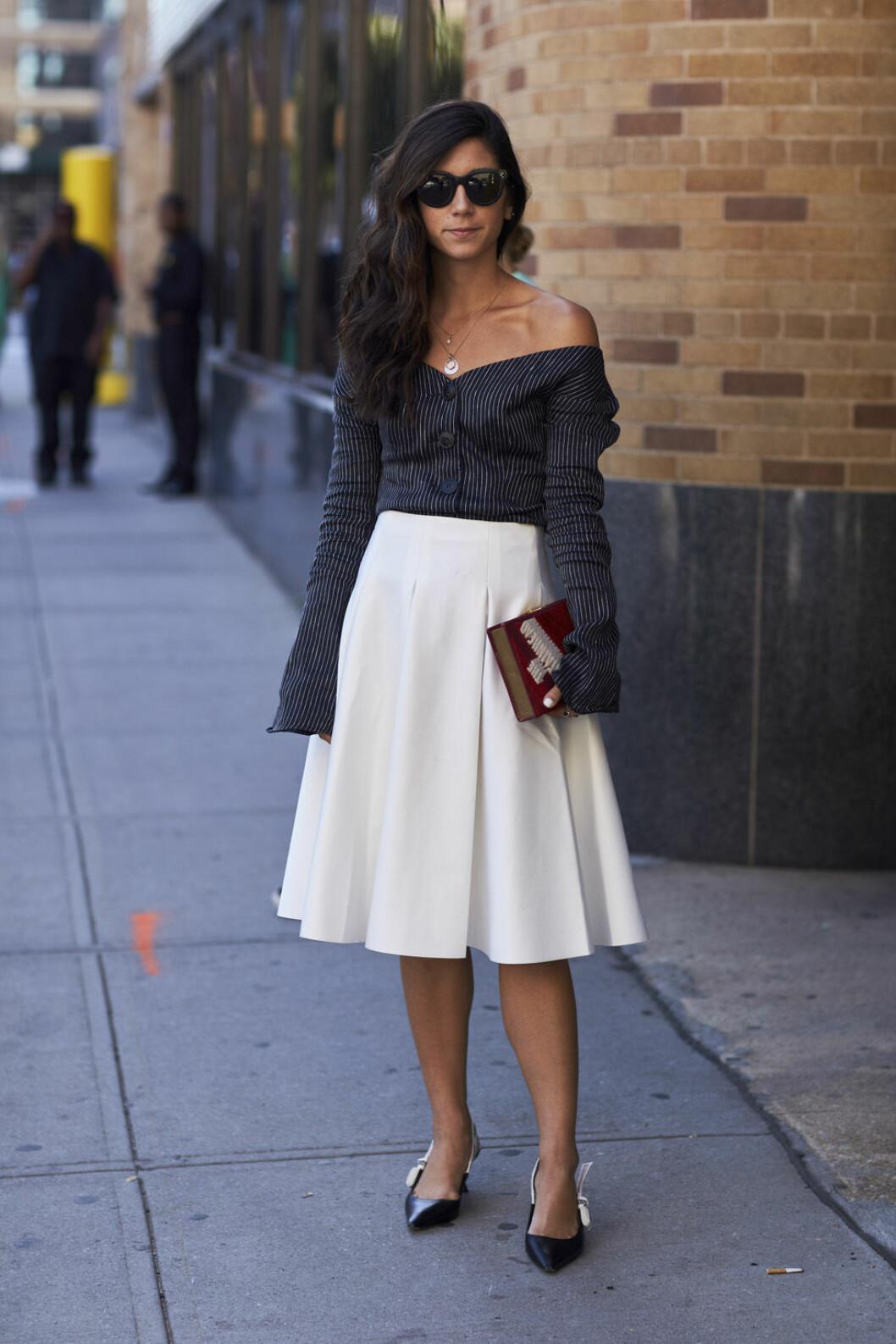 Vit kjol och randig skjorta.