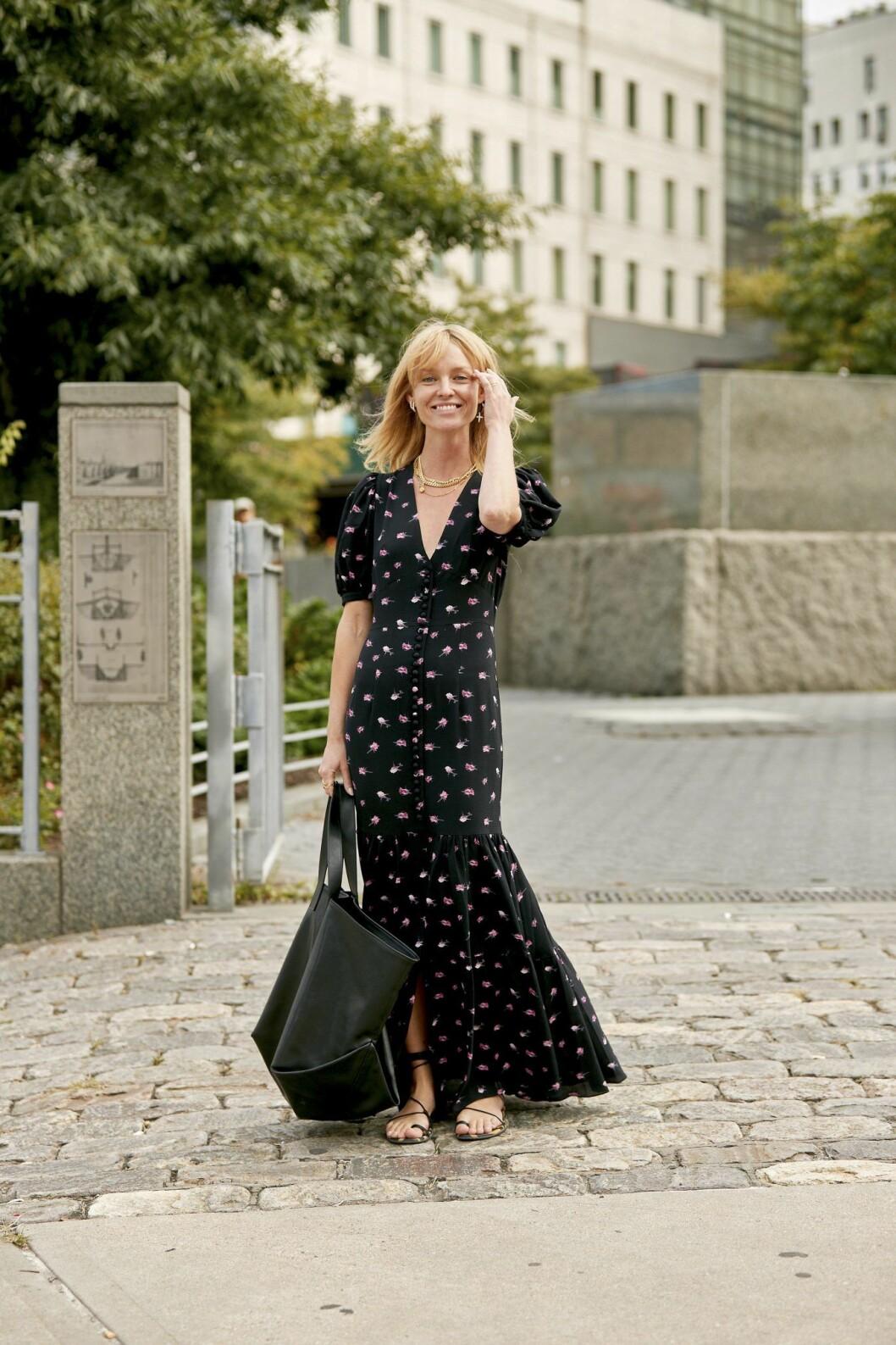 Streetstyleinspiration! Bär remsandalerna med en romantisk sommarklänning.
