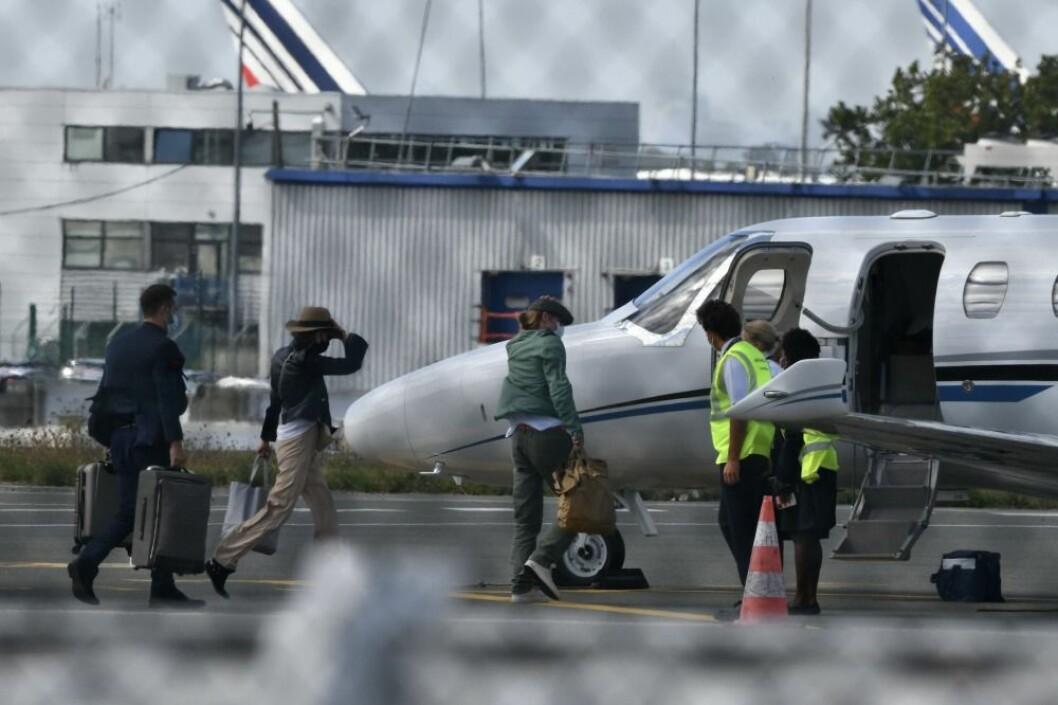 Nicole Poturalski och brad pitt är på väg att kliva på ett flygplan