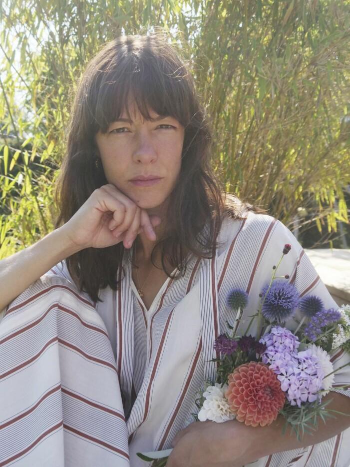 Nicole Wilson med blommor i famnen.