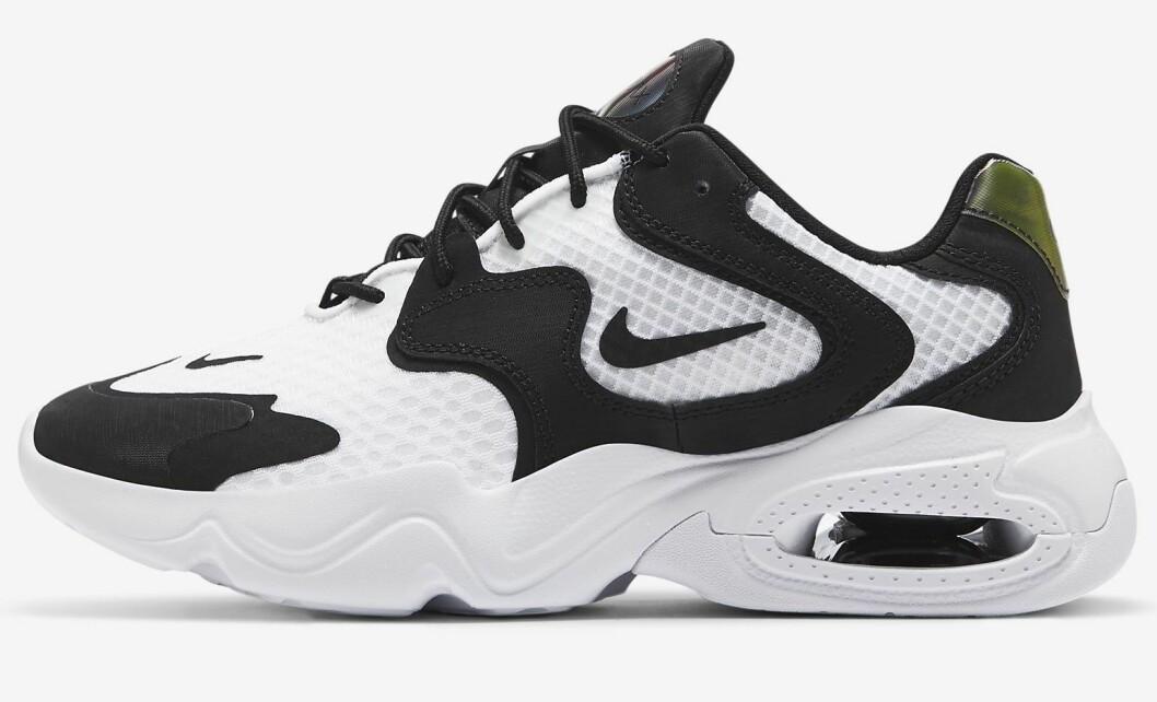 Vita sneakers från Nike med svarta detaljer.