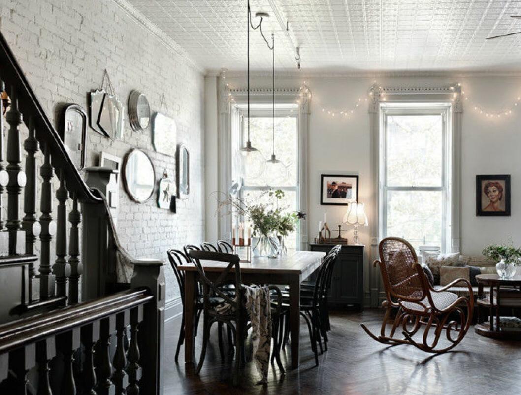 Ett öppet rum med både vardagsrum och kök i.