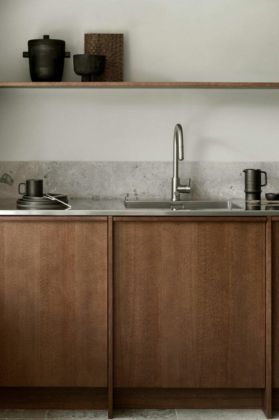 Ek och gotländsk sandsten i ett kök från Nordiska kök