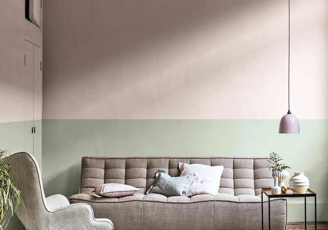 Väggen är målad i trendigt rosa och grönt – här med Dreamy Pink och Tranquil Dawn från Nordsjö
