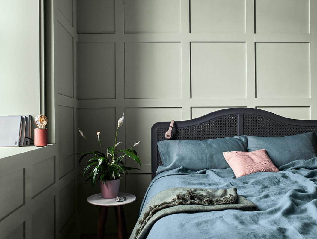 Sovrum med grågröna väggar målade i Nordsjös Tranquil Dawn