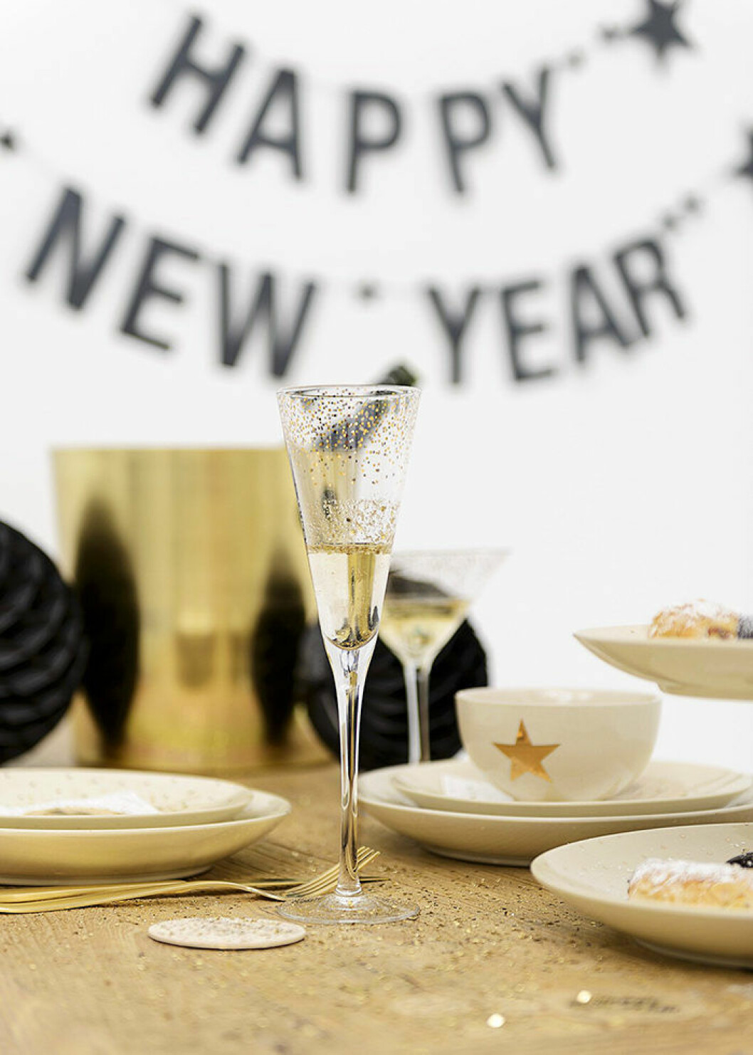 Champagneglas med glitter – perfekt vid nyår, här hos Bloomingville