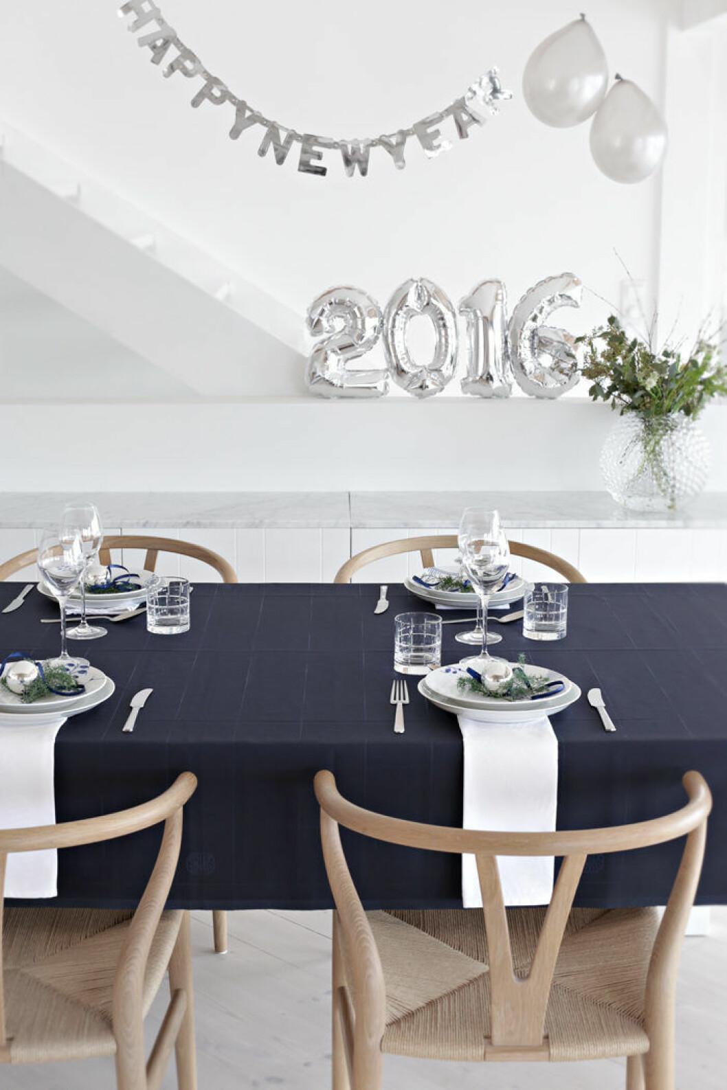 avskalad dukning till nyår i silver och vitt
