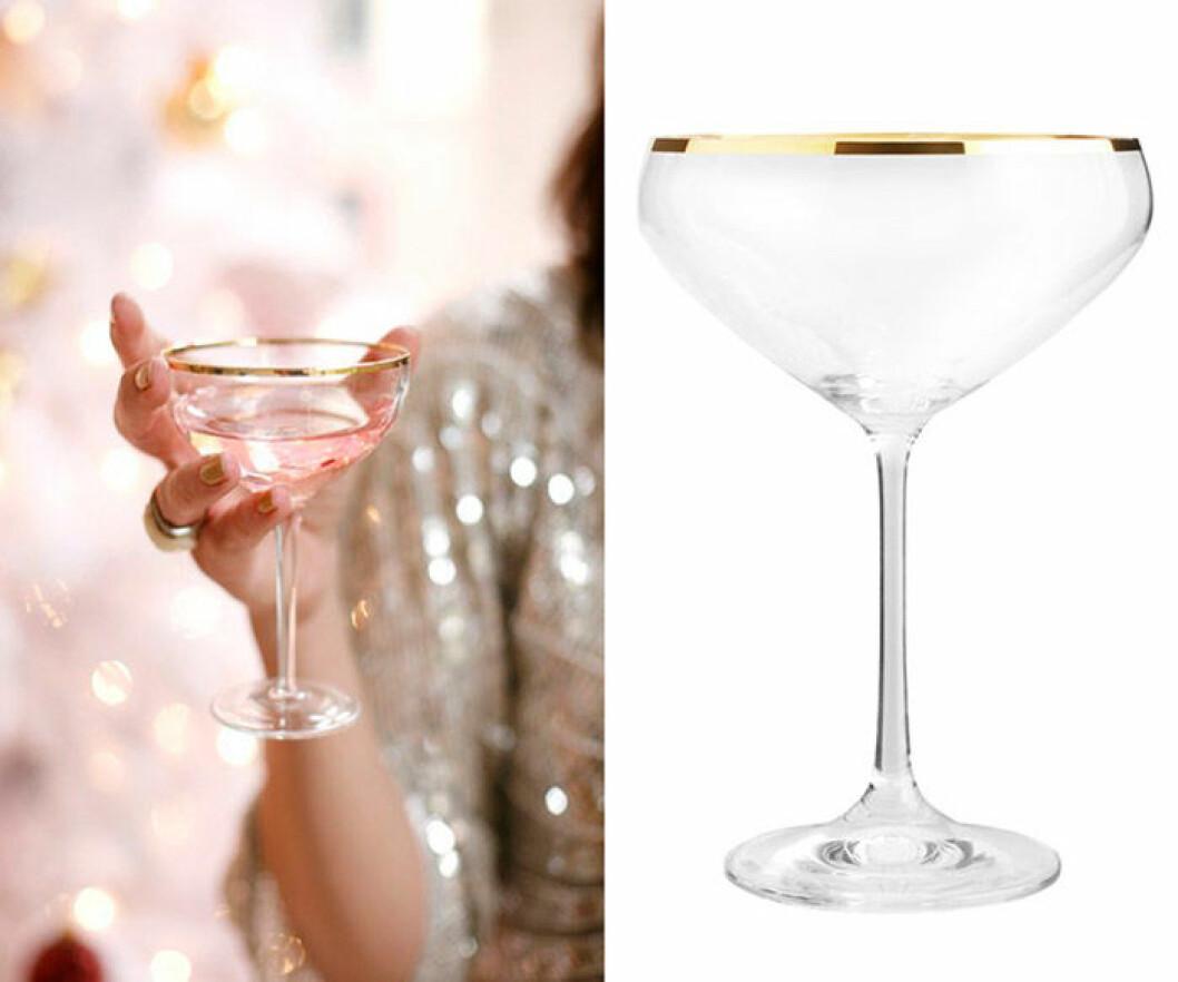 Rosa nyårsdrinkmed guldkantat glas.