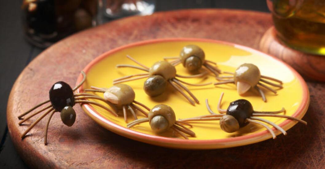 Ett fat med spindeloliver blir ett gott och salt avbrott bland allt det söta på Halloween.