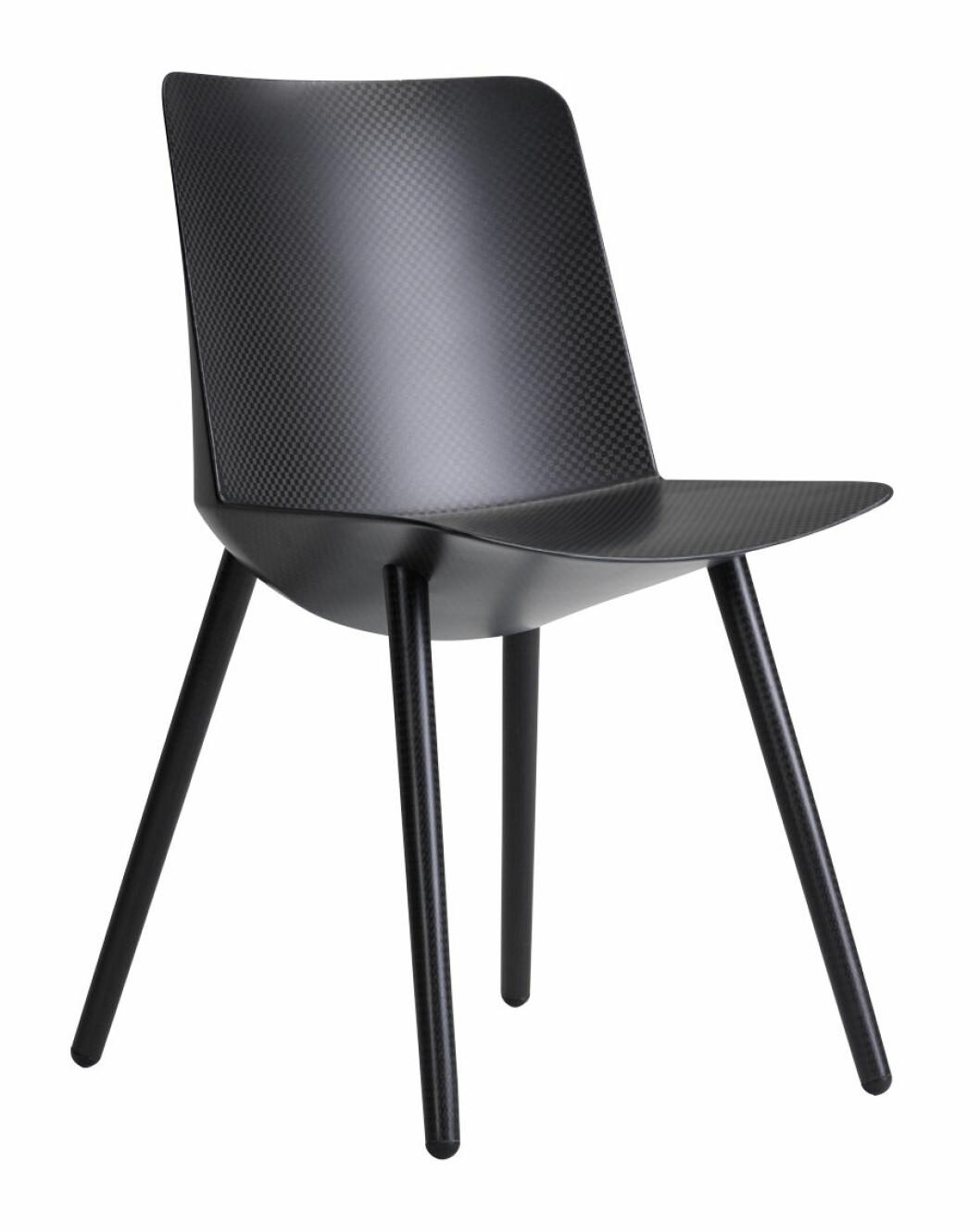 Svart stol gjord av lin