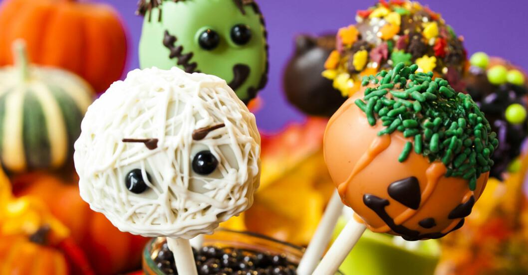 Dekorerade rawbollar blir ett bra halloweengodis.