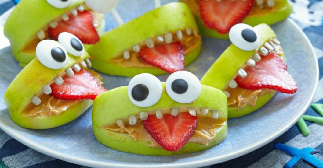 Äppelklyftor blir fina monster till godisbordet på Halloween.
