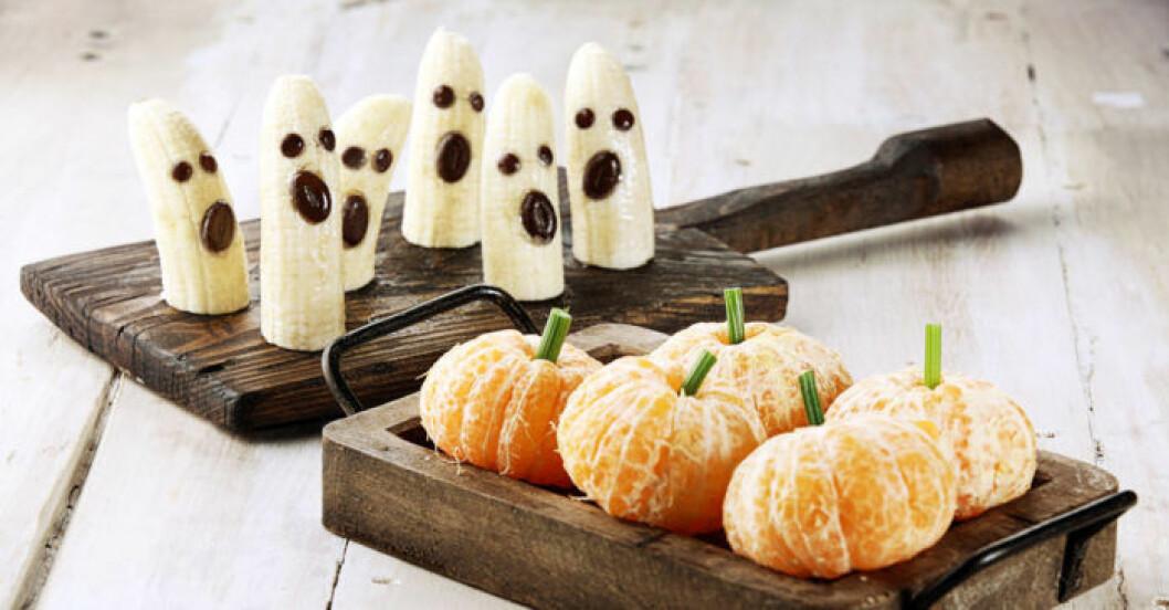 Bananer och nektariner blir lätt fint Halloweengodis.