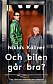 Bokomslag till Och bilen går bra? Bild på Niklas Källner i en hiss med en äldre dam och hennes hund.