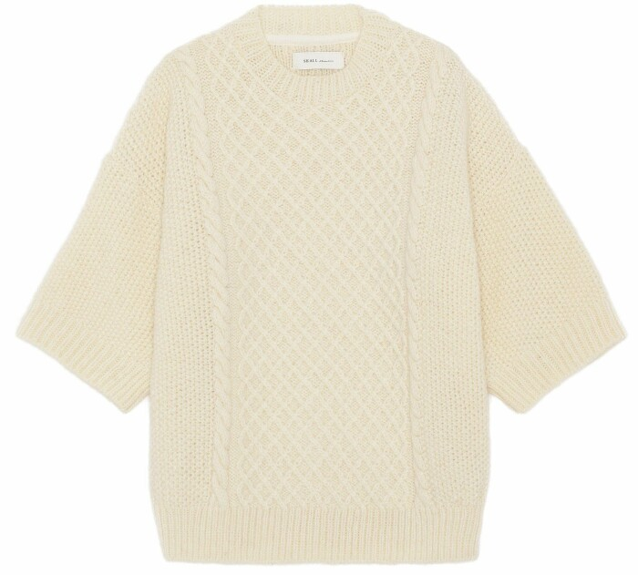 Sandfärgad stickad tröja från danska skall studio.