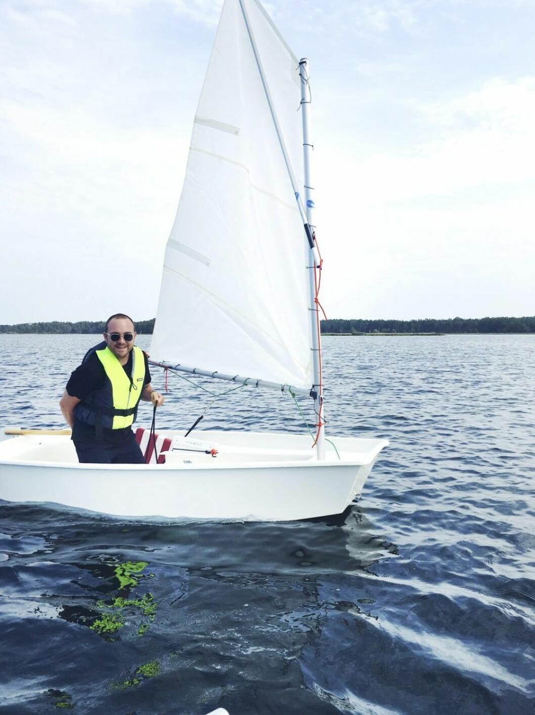 ELLEs AD-assistent Oscar Fjellman på jolle på Öland