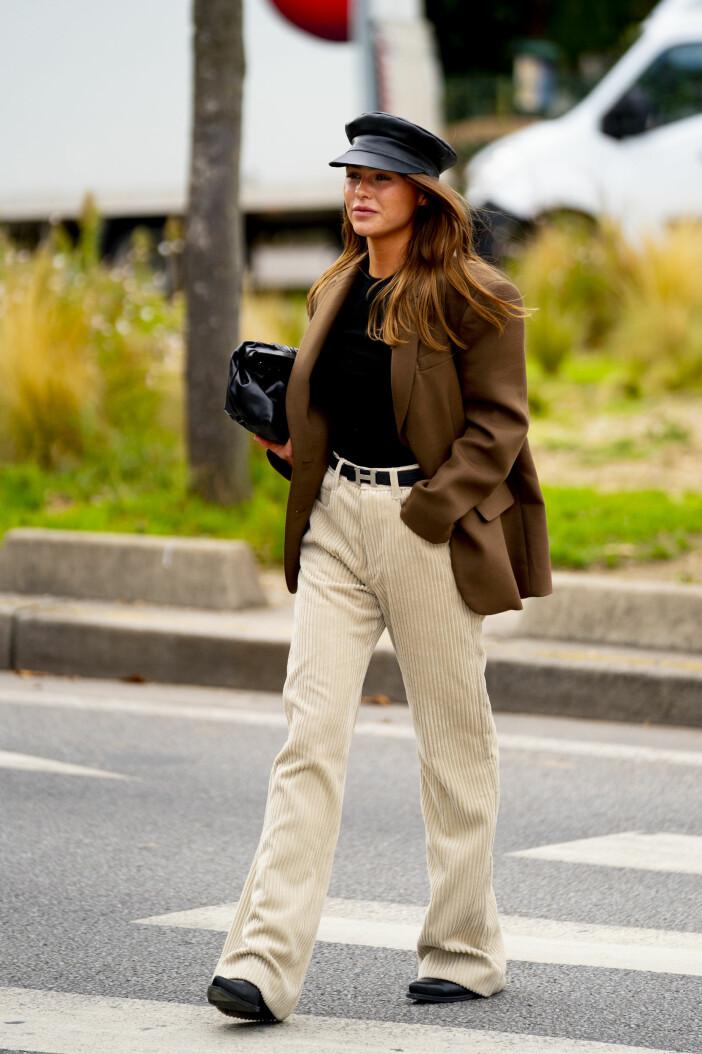 Om du inte redan är hooked på manchester lär du bli det efter denna streetstyle-look där danska Sophia Roe visar manchesterbyxorna i en modern och stilsäker kombination. Stiltips att ta vid är den neutrala paletten som möts med hårda läderaccessoarer.