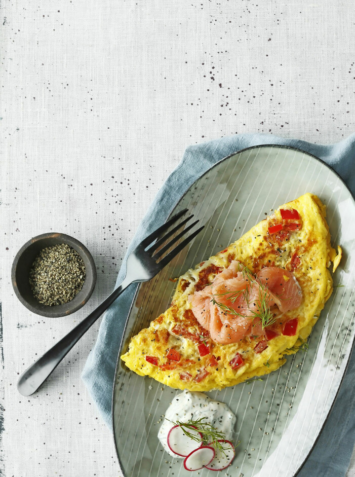 Så lagar du omelett med paprika, chili och rökt lax