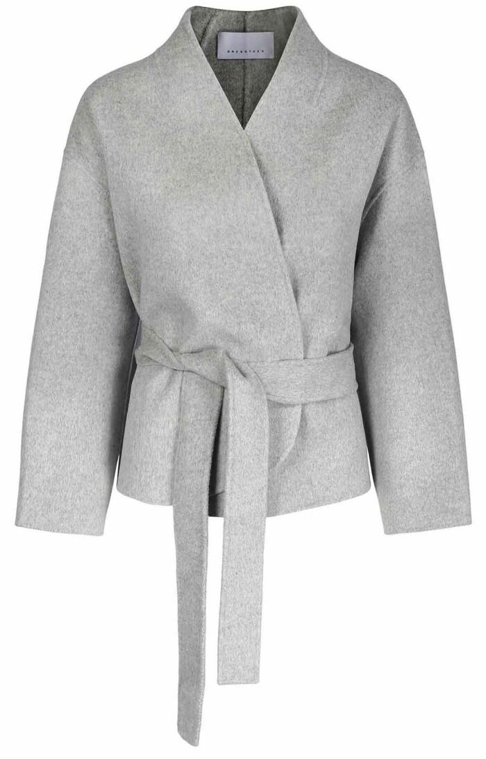 grå kort kappa med midjebälte från One & other.