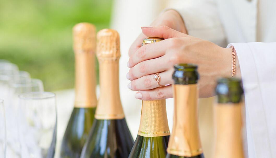 Lär dig öppna en flaska champagne snyggt.