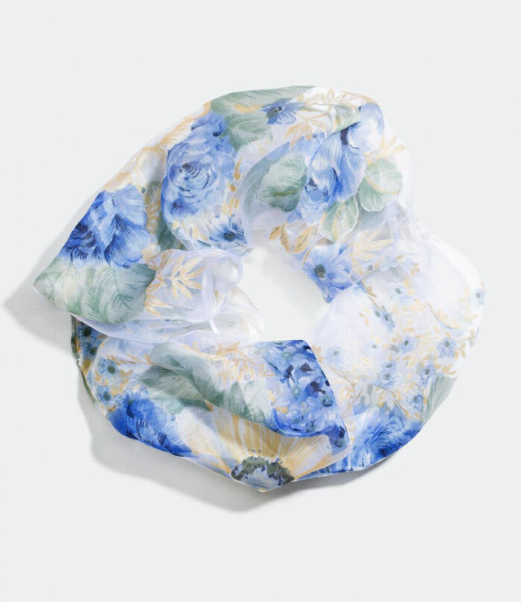 scrunchie med blåa blommor