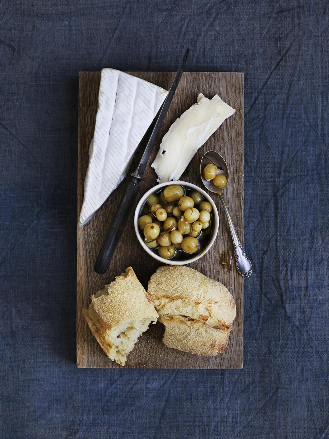 Recvept ostbricka med syltade krusbär.
