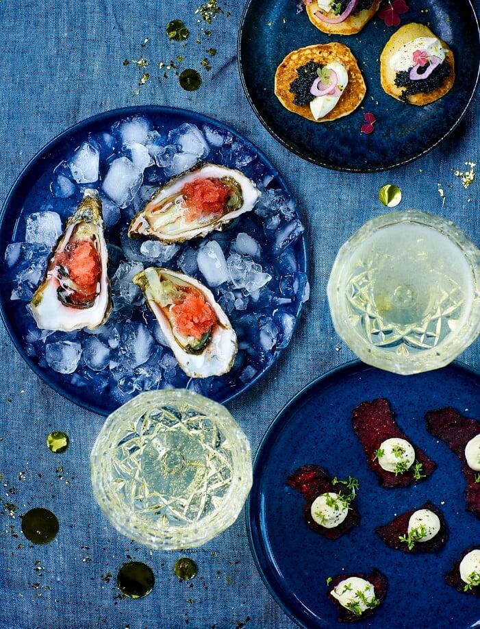 ostron med granité, blinier med rom och rödbetschips