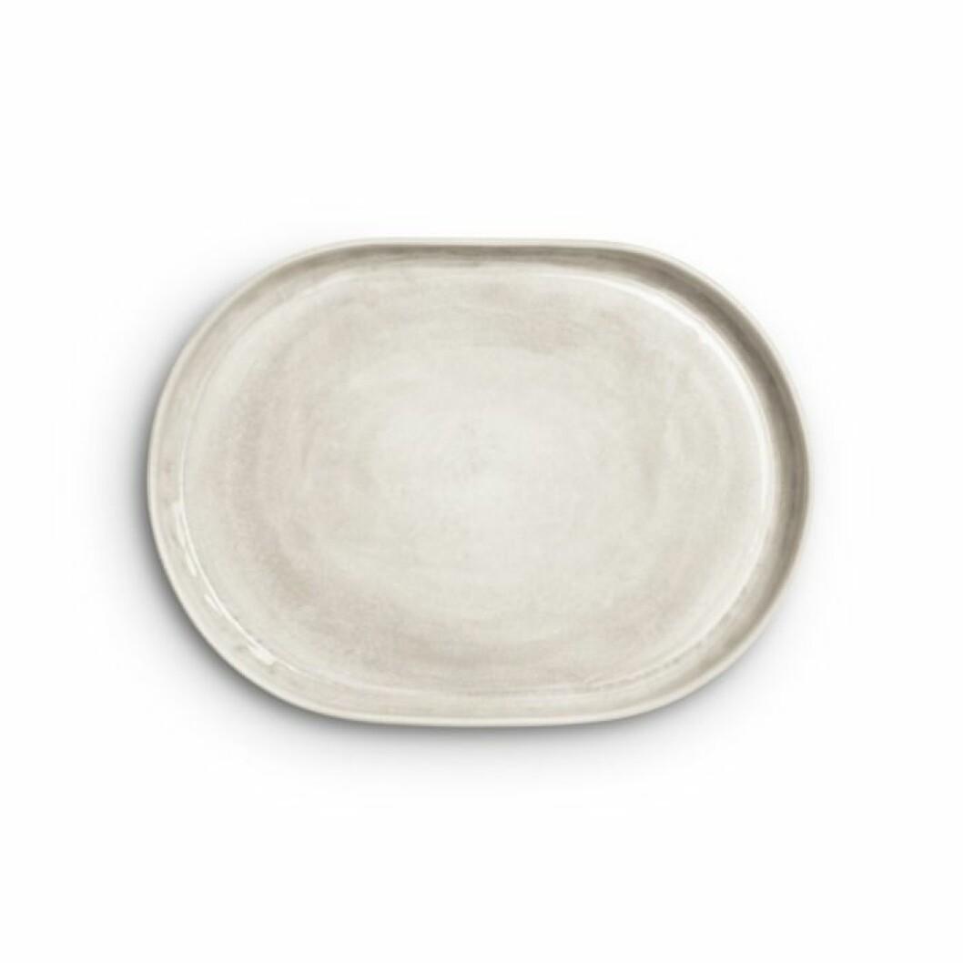 Det ovala fatet från Mateus i färgserien sand är ett porslin att samla på, 34 cm, formgiven av Mateus x Sam Baron x Yatzer.