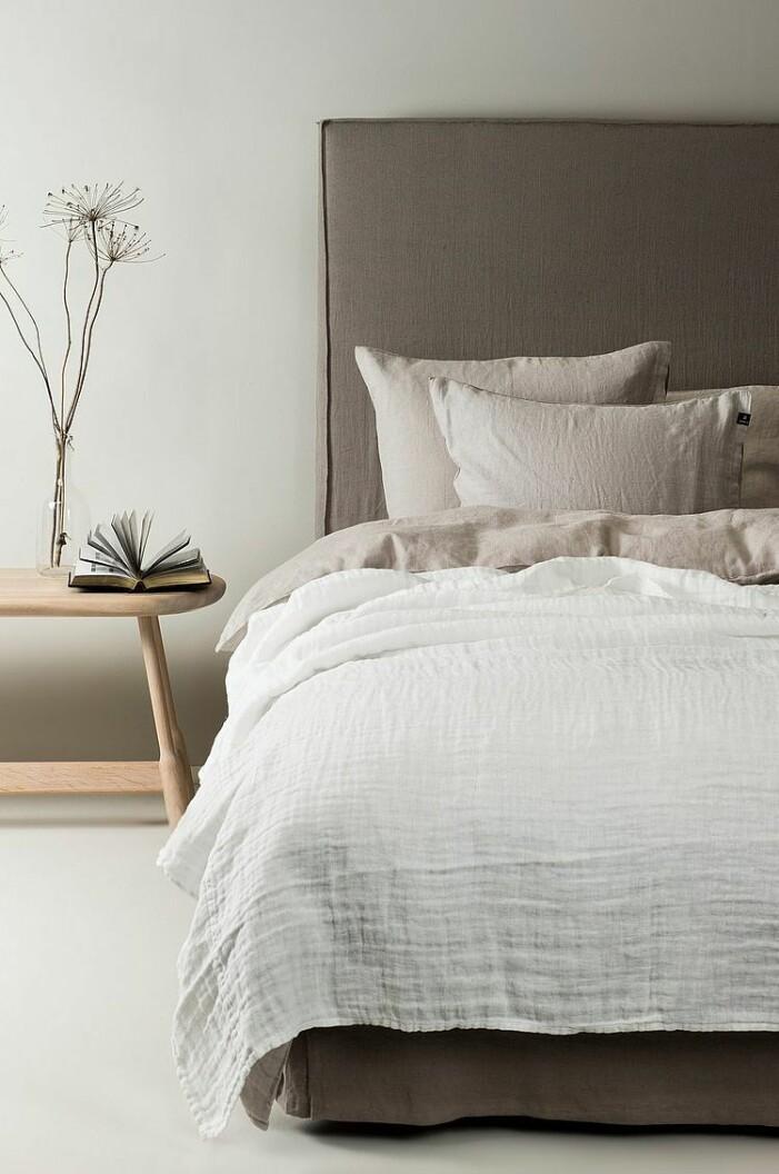 vitt sängöverkast linne