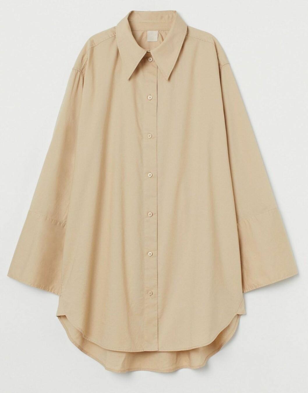 Sandfärgad oversized skjorta med voluminösa ärmar från H&M.