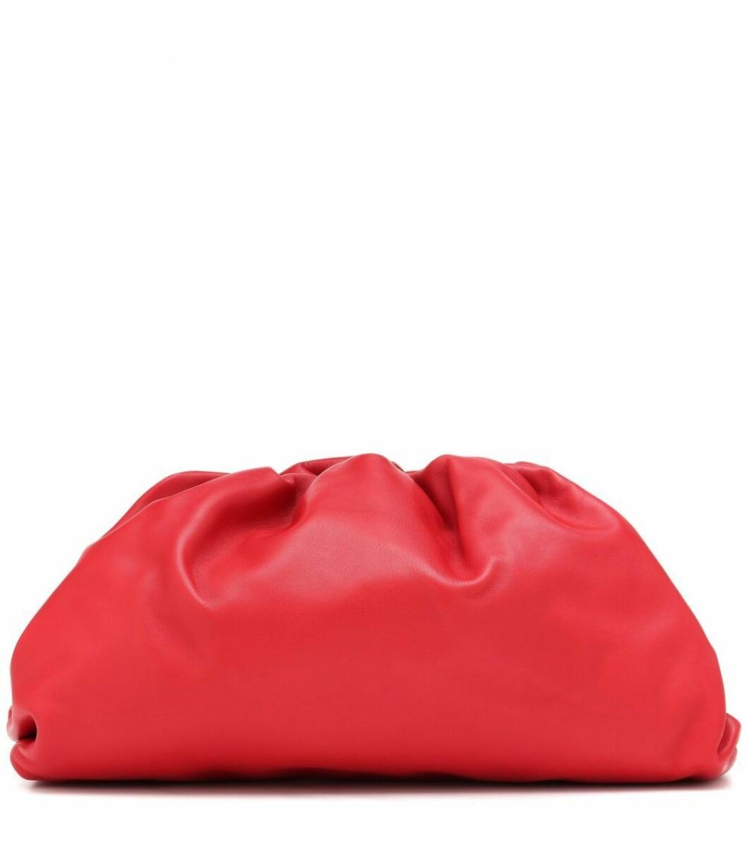 Den klassiska clutchväskan The Pouch leather clutch i mjukt läder och en poppig röd nyans.